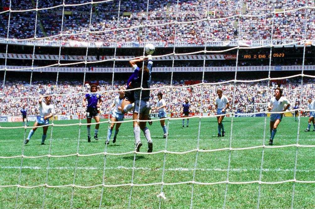"""Maradona face à Shilton lors de la fameuse """"main de dieu"""""""